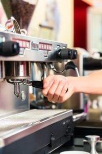 Barista macht Espresso an Gastro Kaffeemaschine